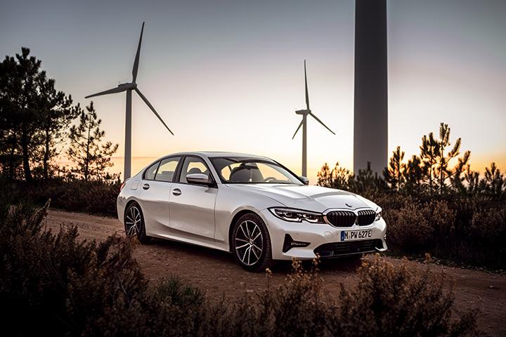 be1b14d1c0 Az új BMW 330e egy minden korábbinál kifinomultabb plug-in hibrid  hajtáslánccal gazdagodik: miközben a tisztán elektromos hatótávolság 50  százalékkal nő és ...